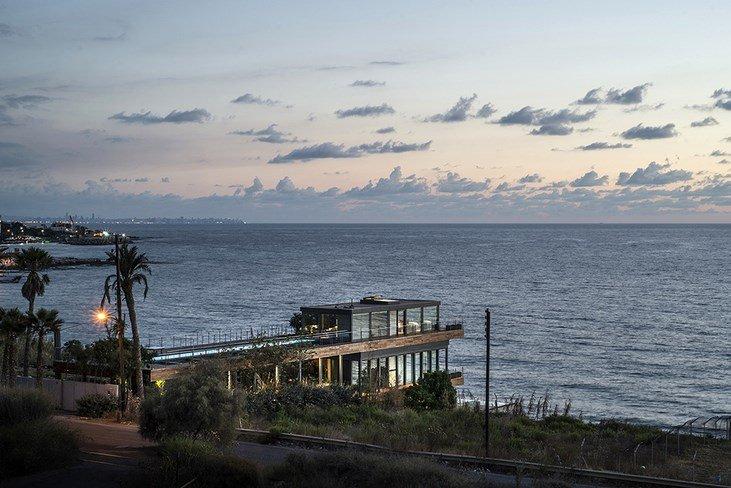 Casa de Playa Contemporanea, Exponiendo su estructura de acero y cubierta de madera en el Líbano