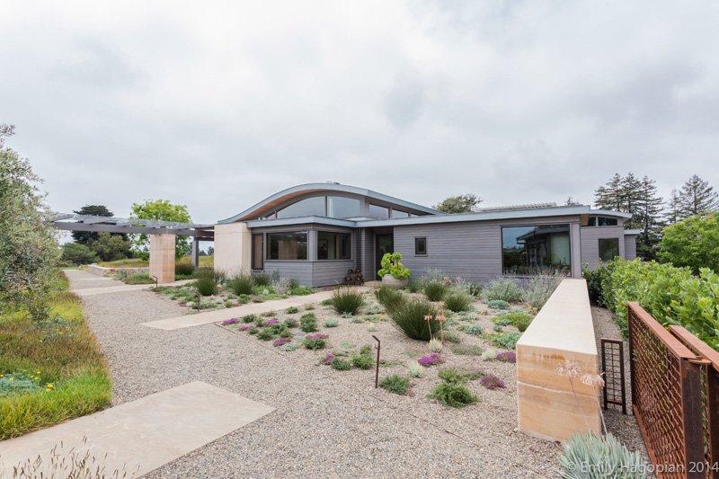 Casa de campo sostenible cuenta con un panel solar en el techo ondulado