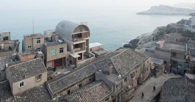 La casa del capitán en China se fusiona con los acantilados costeros
